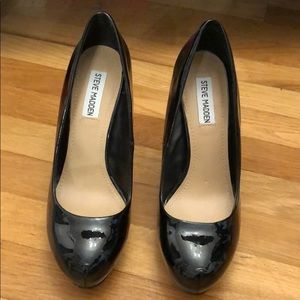 Barely worn black pumps, great condition
